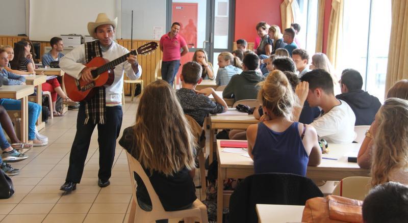 01 anibal chante en classe d espagnol