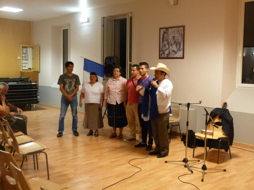 10 les chanteurs et trois honduriens entonnent l hymne