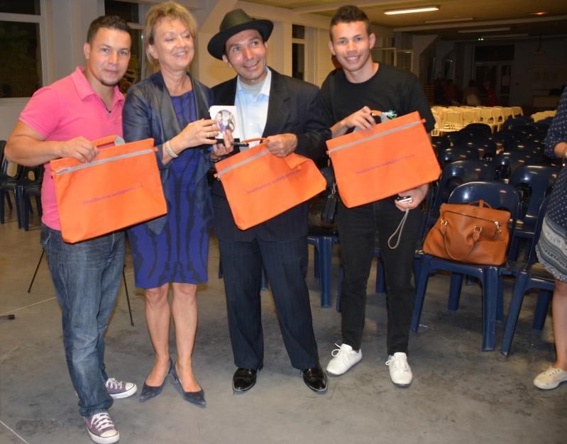 11 madame gras offre des cadeaux aux chanteurs
