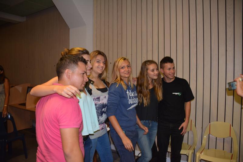 12 au milieu de leurs admiratrices