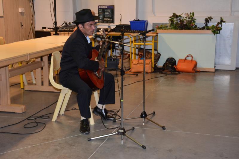 14 anibal donaire a la guitare
